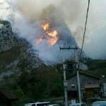 Picos de Europa cierra la Ruta del Cares por riesgo de caída de piedras debido al incendio declarado en Caín de Valdeón
