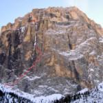 """Nueva ruta de hielo """"Ghost Dog"""" en la vertiente occidental de la Sass Pordoi en los Dolomitas."""